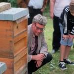 Rektor OStD Michael Strehler an der Bienenbeute