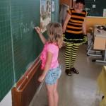 Schülerin schreibt neues Wort an Tafel