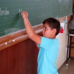 Schüler schreibt an Tafel