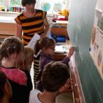 Schüler schreiben neue Wörter an die TAe