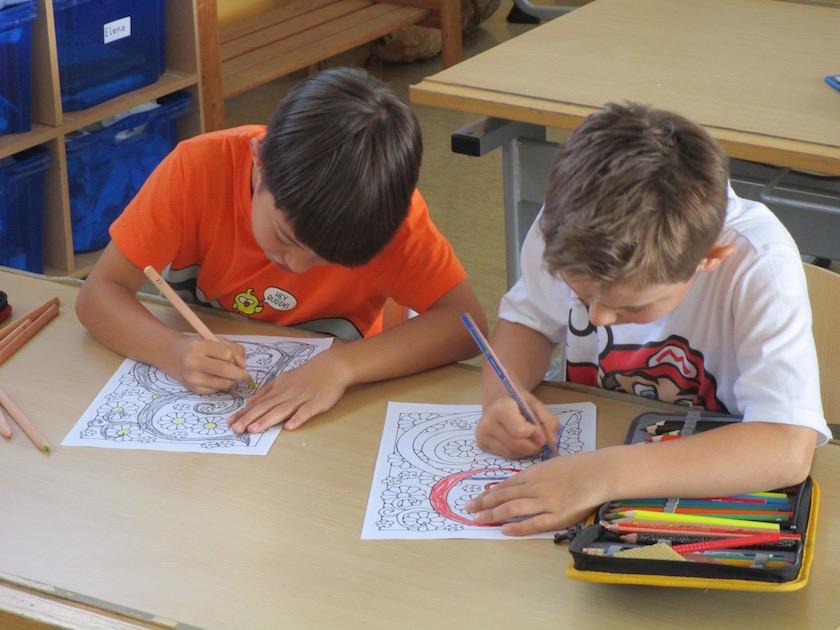Schüler beim Malen