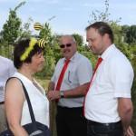 Schulbiene im Gespräch mit REWE-Kaufleute zum Spatenstich der Bienen-InfoWabe