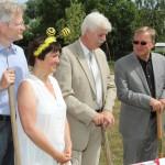 Honoratioren zum Spatenstich der Bienen-InfoWabe