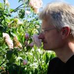 Reinhold Burger schnuppert an Rosen