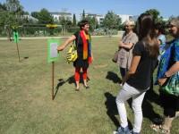 Ilona erläutert Infotafeln zur Bienen-Infowabe