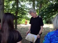 Reinhold erläutert Brutwabe und Varroa-Milbe
