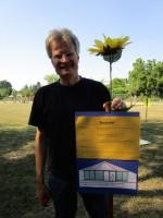 Reinhold mit Bautafel der Bienen-InfoWabe