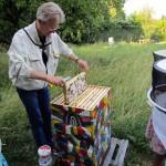 Reinhold Burger zeigt Honigwabe