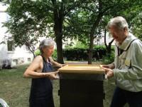 Bienenpatin Gabi Loskarn und Reinhold Burger bei der Jungfernernte