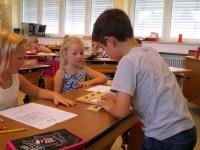 Schüler liest aus Fragentafel Fragen vor