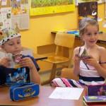 Schüler erhalten Minibüchlein