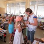 Schülerinnen und Klassenlehrerin Monika Heller freuen sich über Minibüchlein