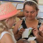 Schülerinnen blättern im Minibüchlein
