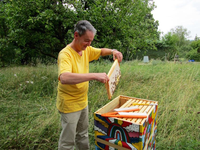 Professor Horst Drechsel beim Honigernten
