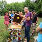 Reinhold Burger erläutert Studierenden die Bienenflucht