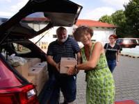 Jürgen Horn und Christiane Hartleitner, angehende Jungimker, helfen beim Verstauen der Honiggläser