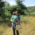 Jakob sucht Schutz in Papas Armen