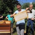 Bienenpatin Ina Kudlich zeigt eine Honigwabe