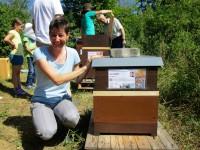 Bienenpatin Ina Kudlich vor ihrer Patenbeute