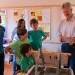 Reinhold Burger weist ins Honigwabenentdeckeln ein