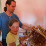 Tonia und Heiko entdeckeln eine Honigwabe