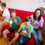 Felix, Wenzel, Daniel und Melanie genießen ihr Joghurteis mit frischem Honig