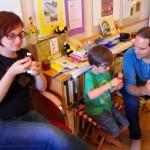 Christina, Jakbo und Heiko genießen ihr Joghurteis mit frischem Honig