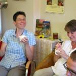 Ina und Sabine genießen ihr Joghurteis mit frischem Honig