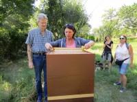 Jutta Fraaß erntet eine Honigwabe