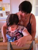 Jessica lernt Honigwaben entdeckeln