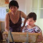 Ilona und Jessica naschen von der Honigwabe