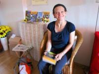 Bienenpatin Manuela Wehr nutzt die Imkerbücherei