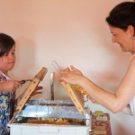 Jessica und Marion entdeckeln Honigwaben