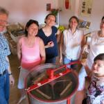 Die Wildensorger Gruppe an der Honigschleuder