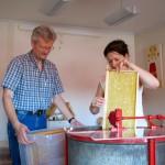 Reinhold hilf Marion beim Befüllen der Honigschleuder
