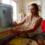 Jeannette füllt Honig ab