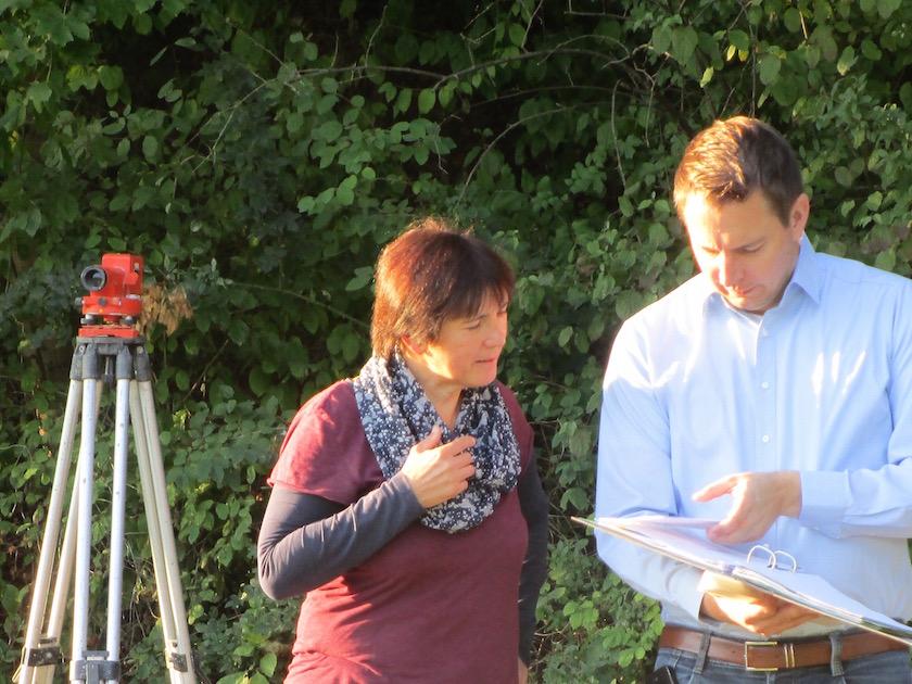 Gespräch zum Baubeginn der Bienen-InfoWabe mit Munique und Knimkowski