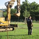 Bau der Bienen-InfoWabe mit schwerem Gerät