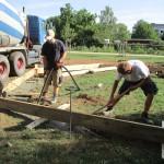 Einsatz von Rüttler und Schaufel durch Manuel und Maximilian (Raab-Bau)