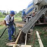 Fünfte von sechst Kanten der Bienen-InfoWabe wird mit Beton gefüllt