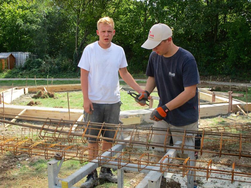 Vorbereitung der Eisenarmierung für das Fundament der Bienen-InfoWabe