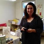 Gisela Schlenker hilft beim Eintüten
