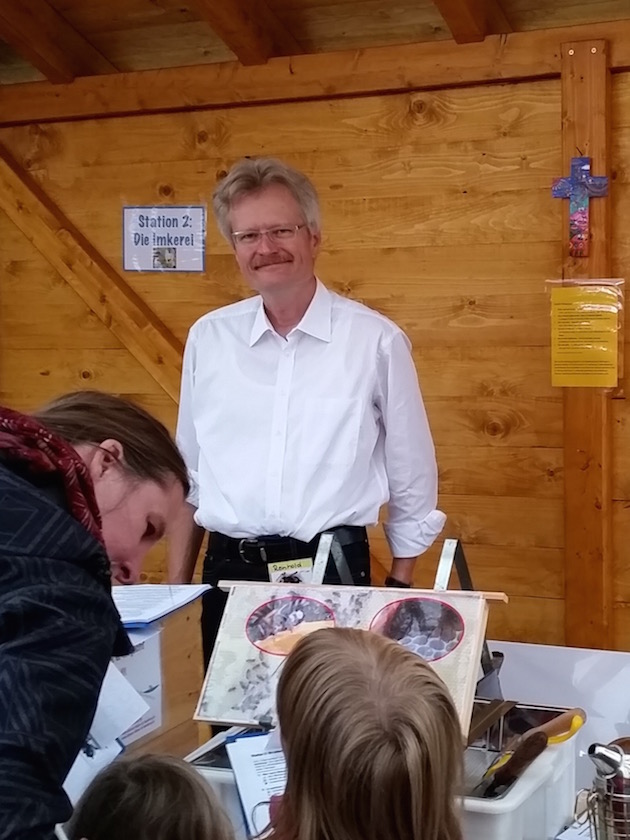 Reinhold Burger an der Station 2: Imkerei, der Bienen-InfoWabe