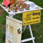 Station 4 mit verschiedenen Honigen und Honigerzeugnissen zur Demonstration