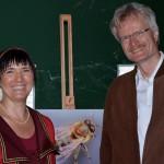 """Ilona Munique und Reinhold Burger, Initiative """"Bienen-leben-in-Bamberg.de"""" mit Honigbiene"""