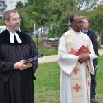 Die Weihe der Bienen-InfoWabe durch Pfarrer Mathias Spaeter und Pfarrer Solomon Sahayaraj anlässlich der Eröffnung am 20.09.2015