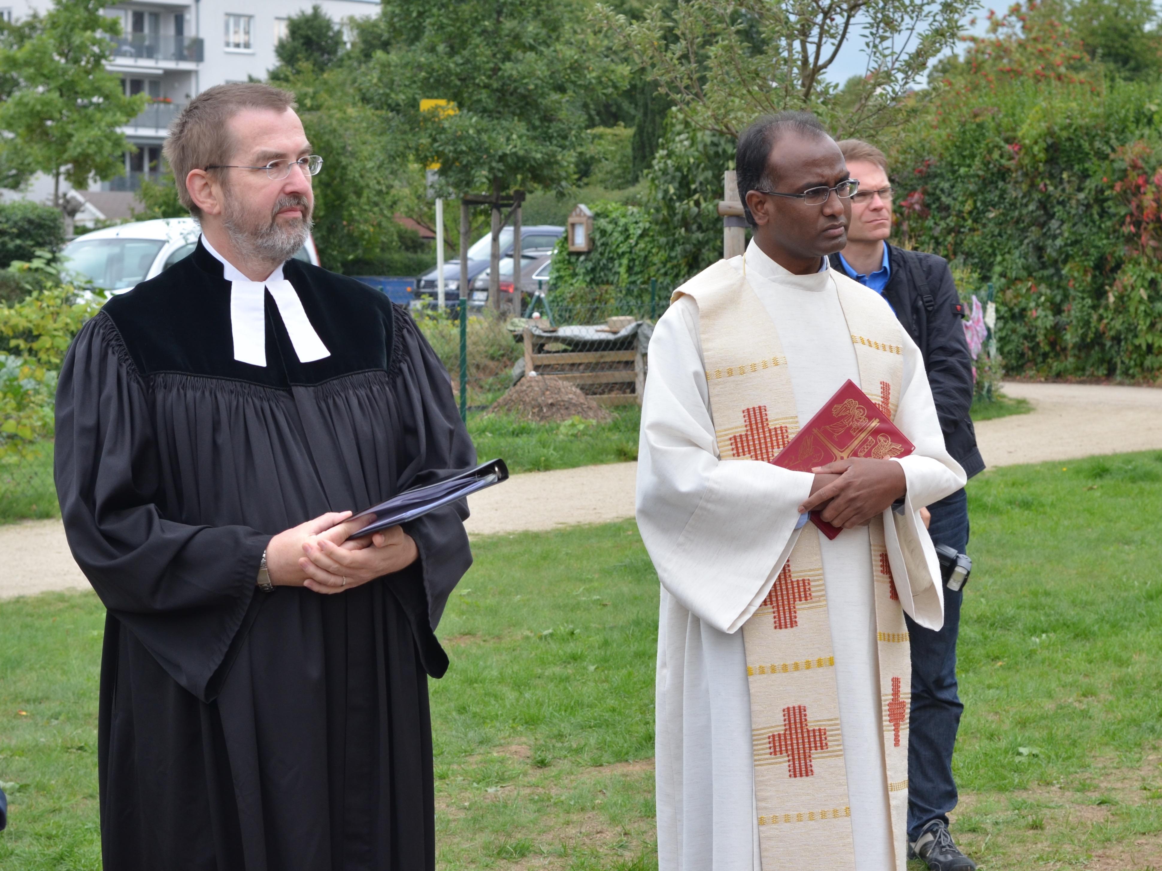 Die Weihe der Bienen-InfoWabe durch Pfarrer Mathias Später und Pfarrer Solomon Sahayaraj anlässlich der Eröffnung am 20.09.2015