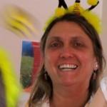 Ehrenbienenpatin Jeannette hilft bei der Krokusaktion