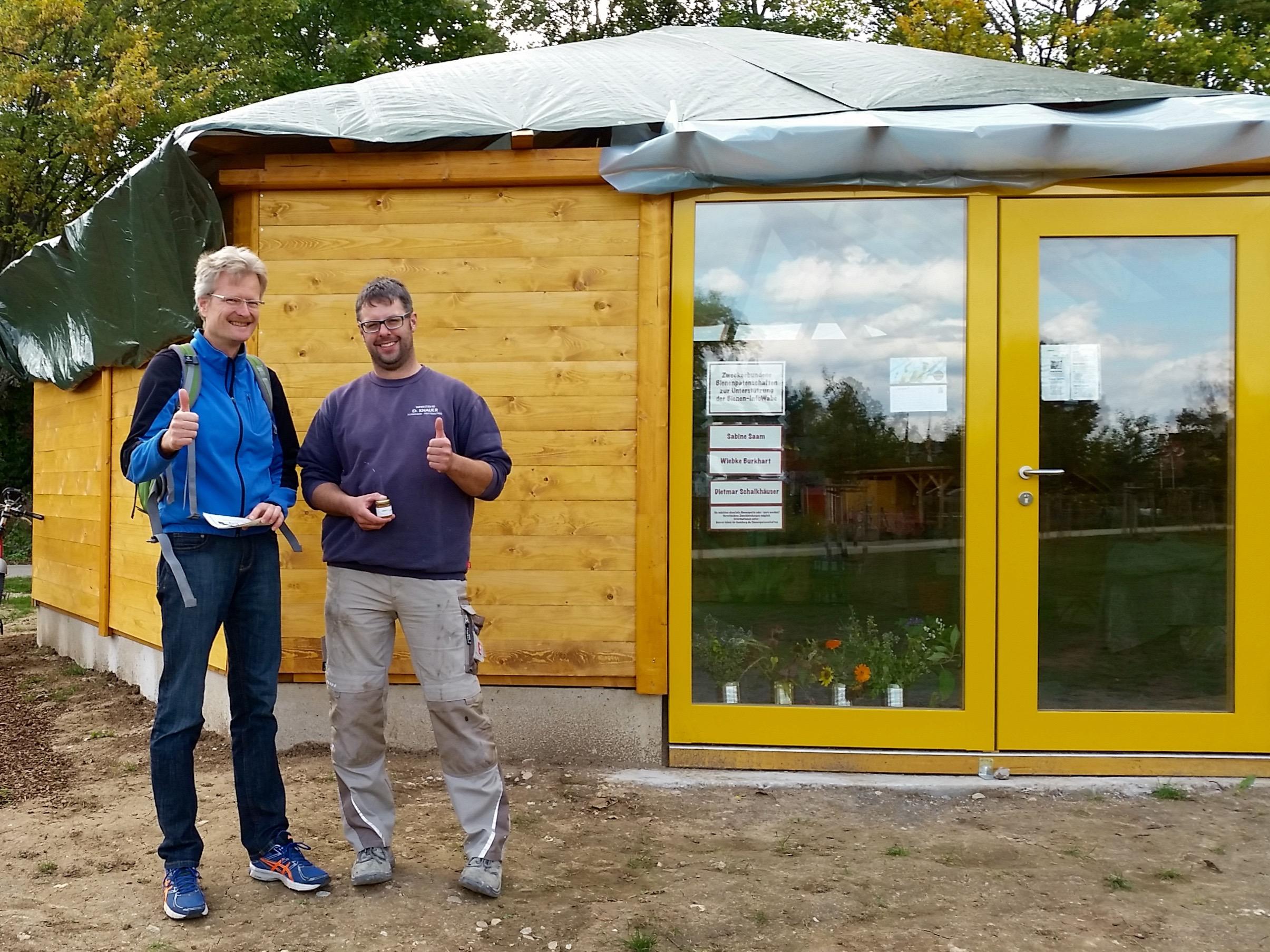 Reinhold und Schreiner Daniel Knauer vor der Bienen-InfoWabe