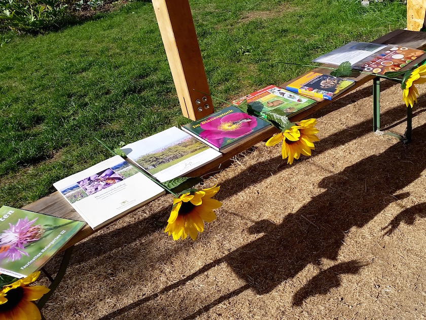 Literaturauslage zum Thema Trachtpflanzen in der Station 4